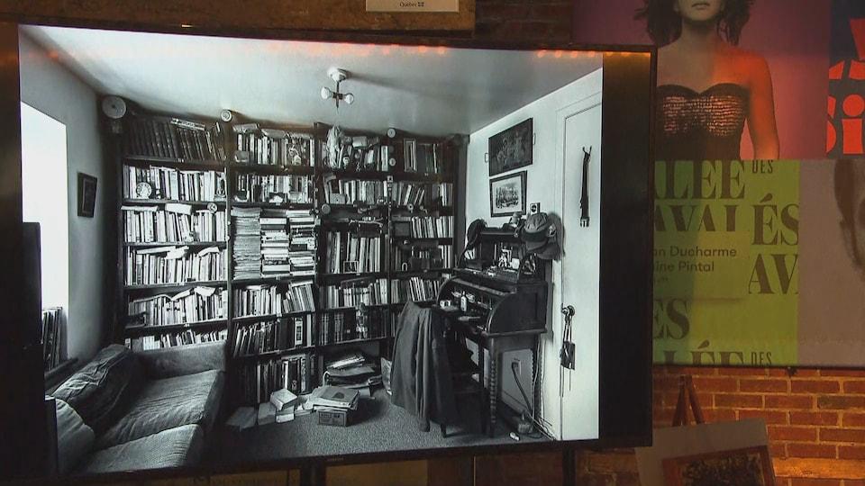 Une pièce de bureau en noir et blanc, avec des livres dans une bibliothèque