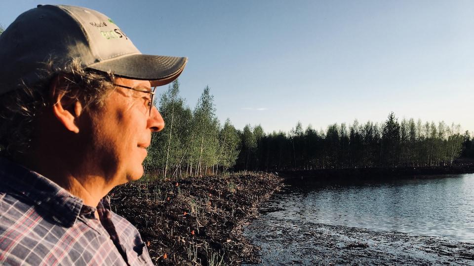 Un homme contemple l'horizon.