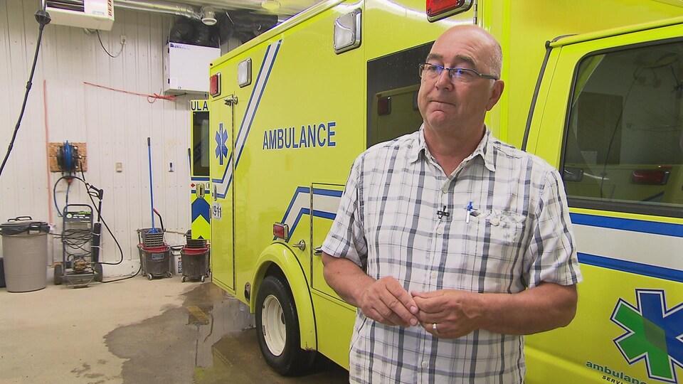 Le maire devant une ambulance