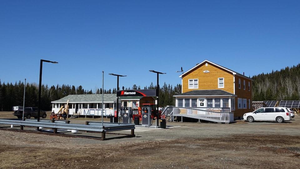 Deux bâtiments derrière une station-service.