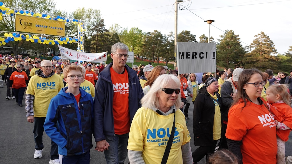 Des survivants du cancer accompagnés de membres de la famille et d'amis pendant leur marche au Relais pour la vie de Sherbrooke.