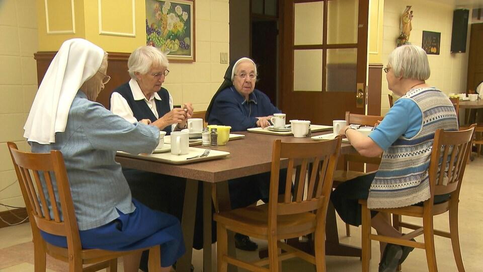 Religieuses autour d'un repas.