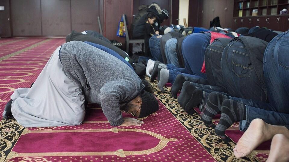 On voit des croyants musulmans en train de prier dans une mosquée au Canada.