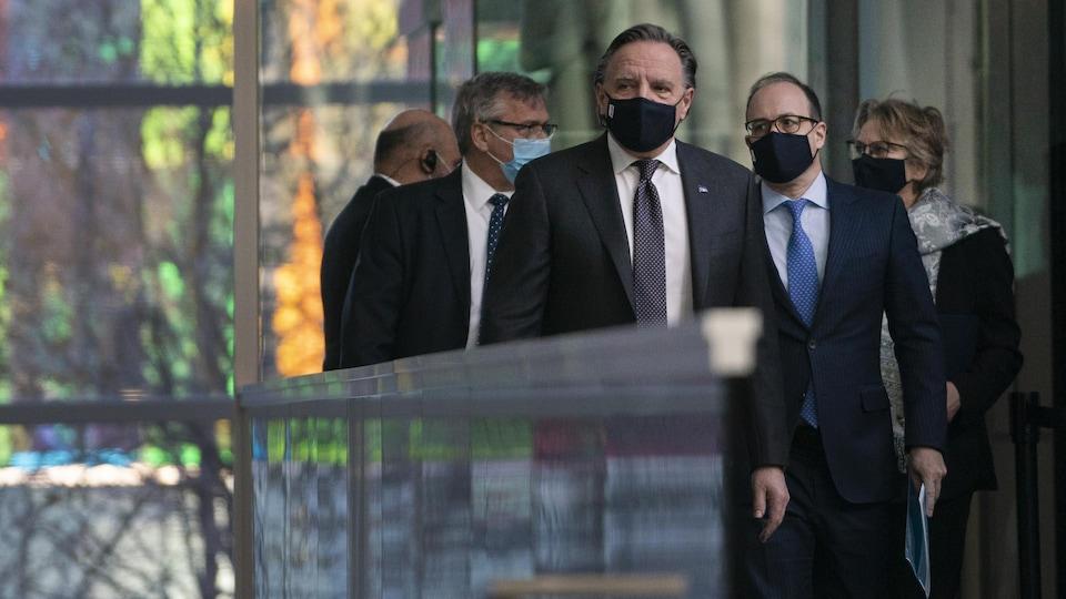 Le premier ministre François Legault à son arrivée à la conférence de presse, accompagné du président de la Caisse de dépôt et placement du Québec Charles Emond (à droite)