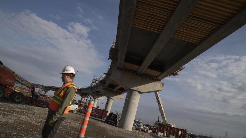 Un ouvrier sur le chantier de la Rive-Sud du REM.