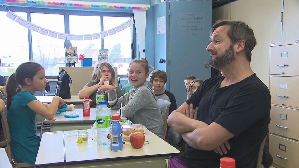 Rémi-Pierre Paquin dans une classe avec des élèves