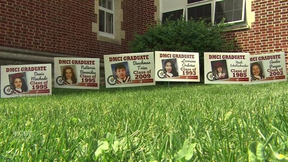 Des photos de diplômés sur une pelouse.