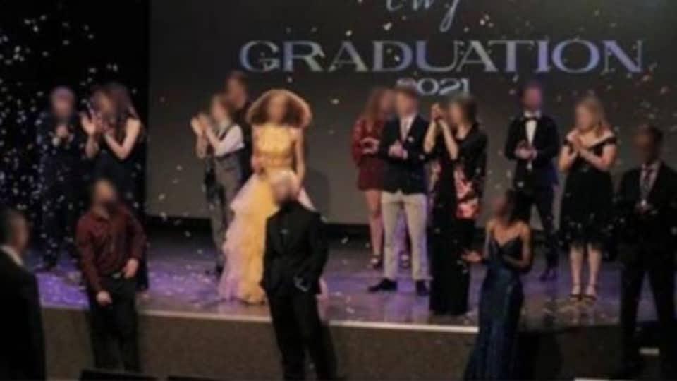 Une cérémonie de remise de diplômes où les gens ne portent pas de masque.