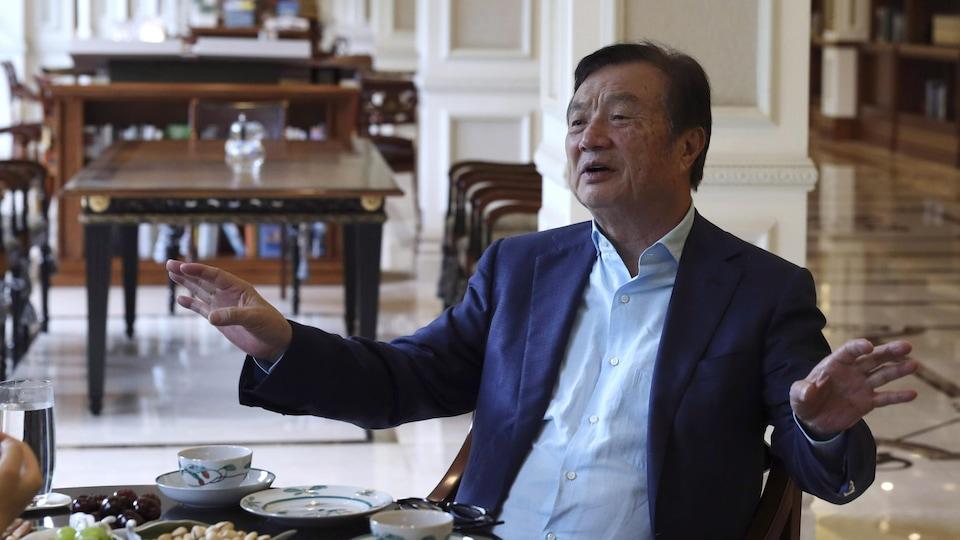 Ren Zhengfei, assis à une table.