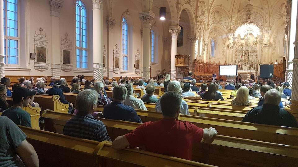 Des personnes assises dans une église