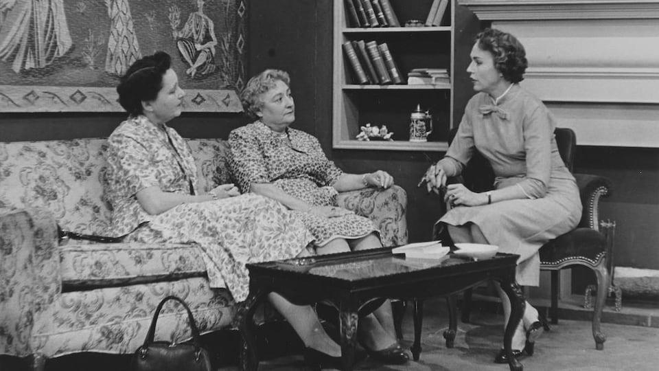Claude Jaunière et Magali, assises sur un divan, sont interviewées par Michelle Tisseyre, assise sur un fauteuil de salon.