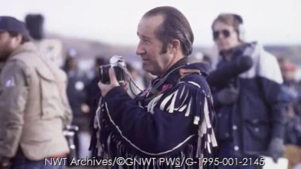 Photo d'archive d Renée Fumoleau tenant une caméra.