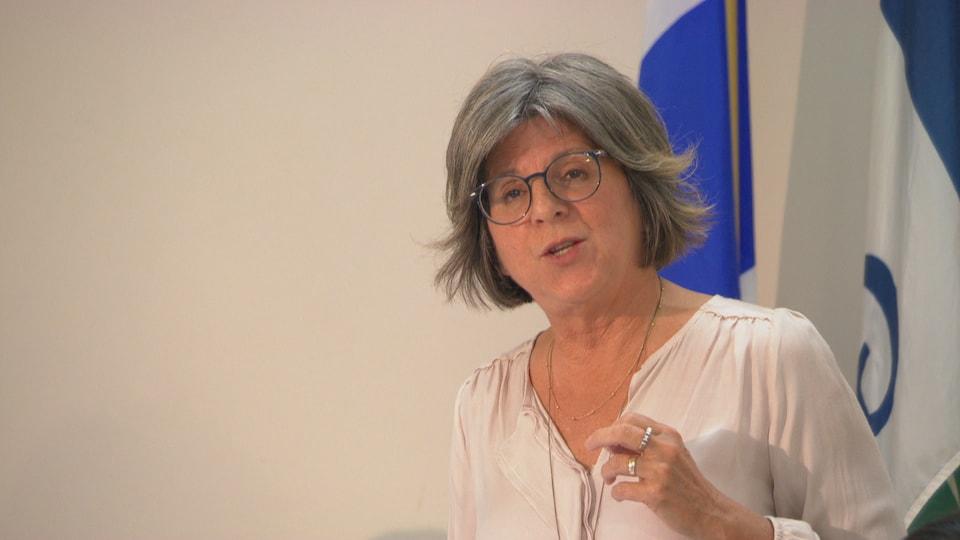 Renée Amyot répond à une question d'un citoyen.