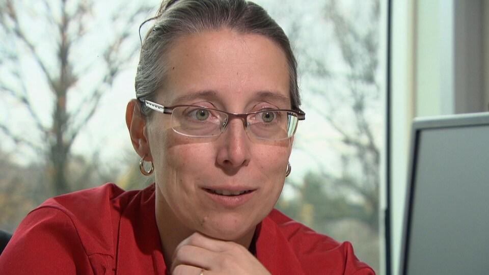 Mme Michaud accorde l'entrevue dans son bureau de l'UQO