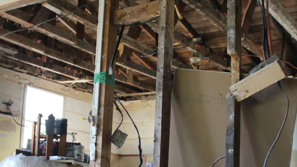 Dans la maison, le plafond et les murs sont défaits.