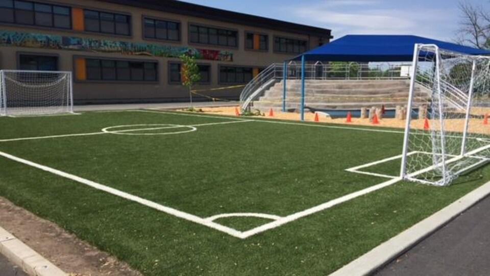 La nouvelle cour d'école des Petits-Explorateurs comprend un terrain de soccer synthétique.