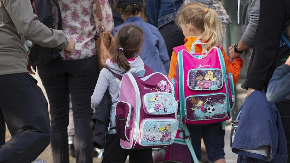 Des enfants et des parents pour la rentrée scolaire.