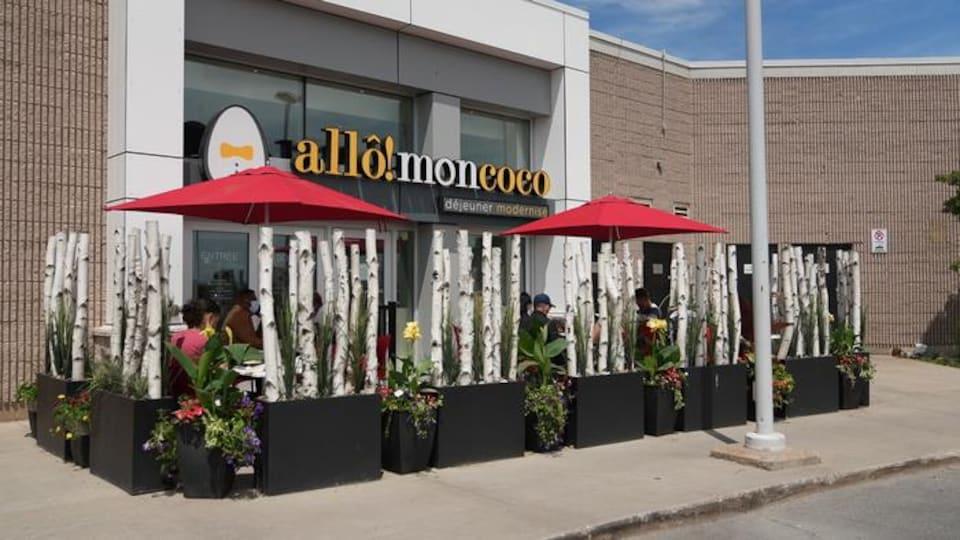 Une terrasse et la façade d'un restaurant.