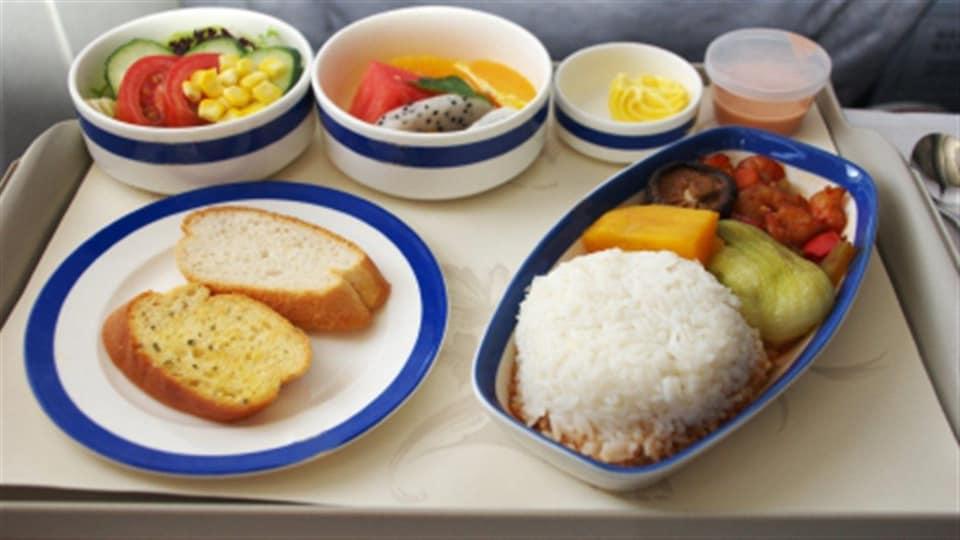 Un plateau repas à bord d'un avion.