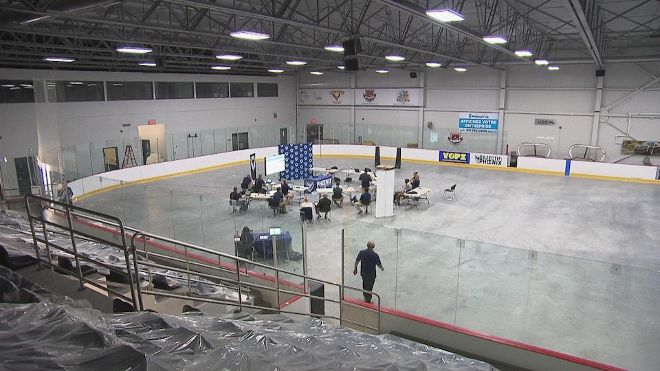 L'organisation du Phoenix au centre de la glace devant des gradins vides.