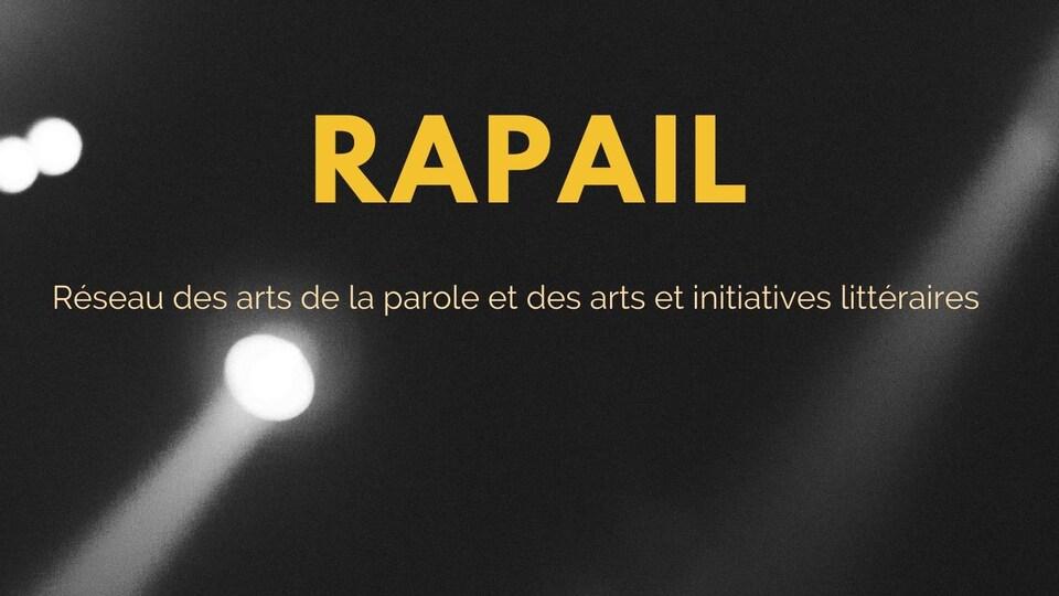 Le mot « RAPAIL » est inscrit au-dessus d'un projecteur de scène.