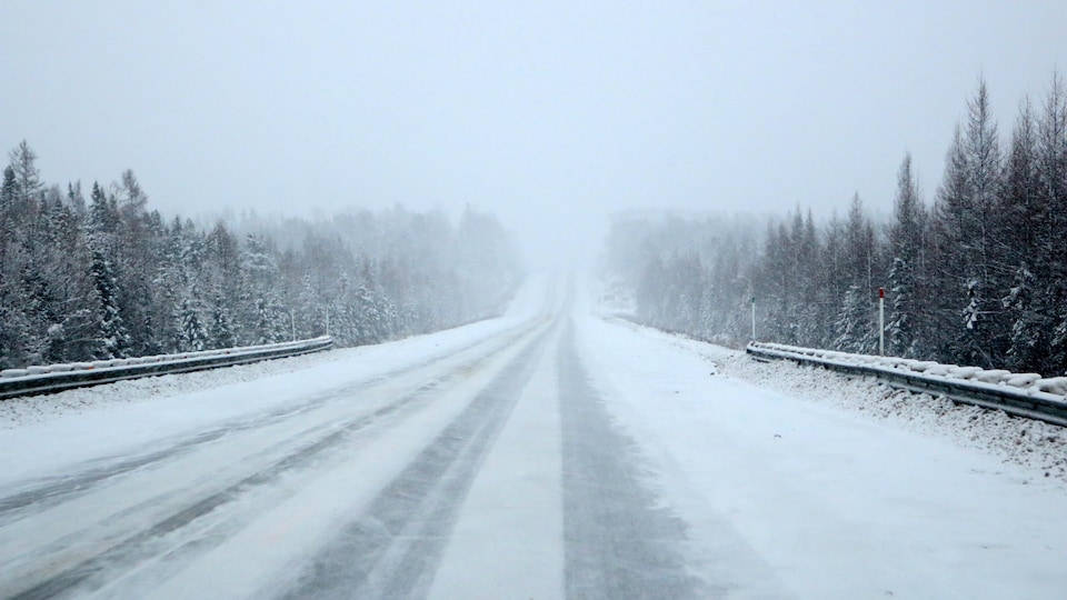 La route 117 est enneigée dans la réserve faunique La Vérendrye.