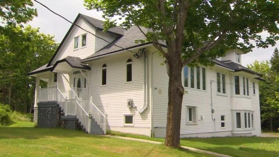 La façade d'une grande maison.