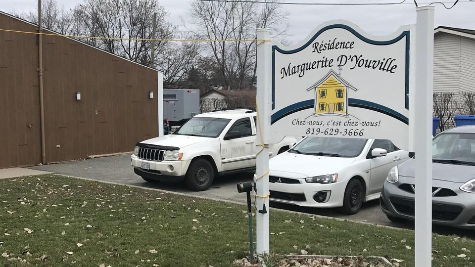 Une pancarte placée entre la bâtisse et le stationnement annonce la résidence et son numéro de téléphone. Le slogan inscrit est « Chez-nous, c'est chez-vous! »