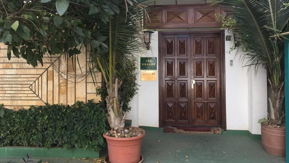L'avenue des Ambassadeurs, où se trouve la résidence, « est l'une des plus belles et des plus sécuritaires de Dakar ».