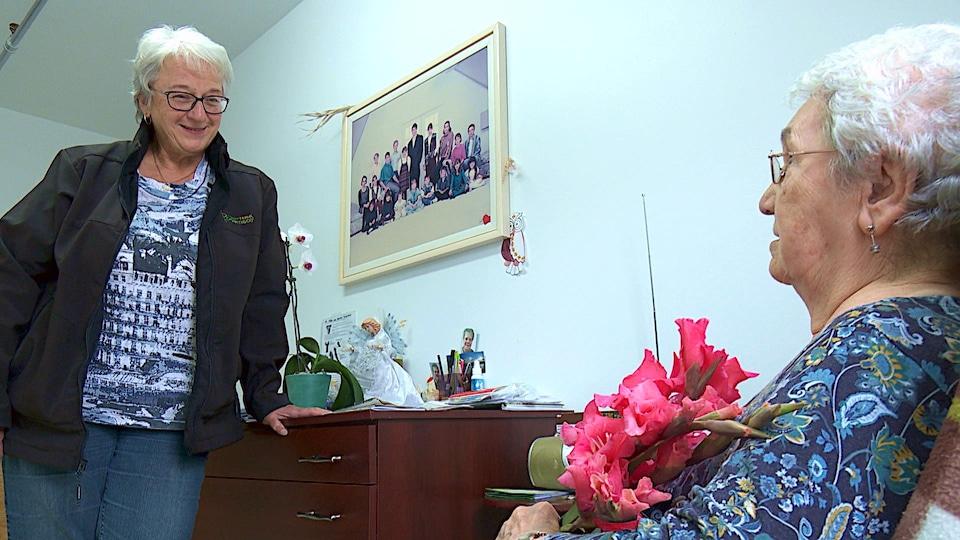 Brigitte Roy discute avec sa mère.