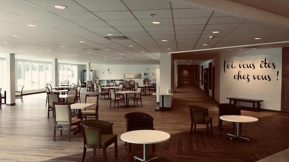 La salle à manger de la Résidence Plaisance, où ont été placées plusieurs petites tables espacées.