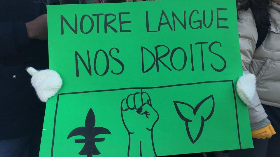«Notre langue, nos droits» peut-on lire sur une affiche lors de la manifestation