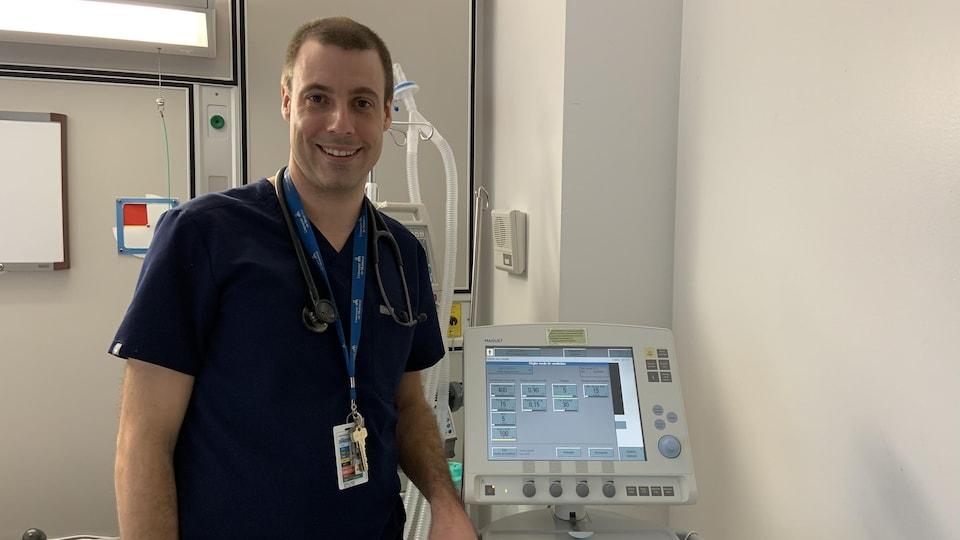 Un médecin près d'un respirateur artificiel