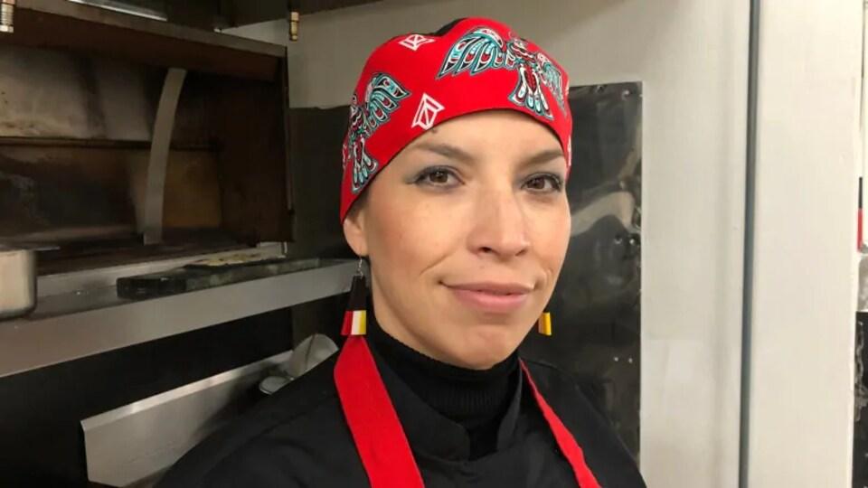 Gros plan d'une femme avec un bandana rouge.
