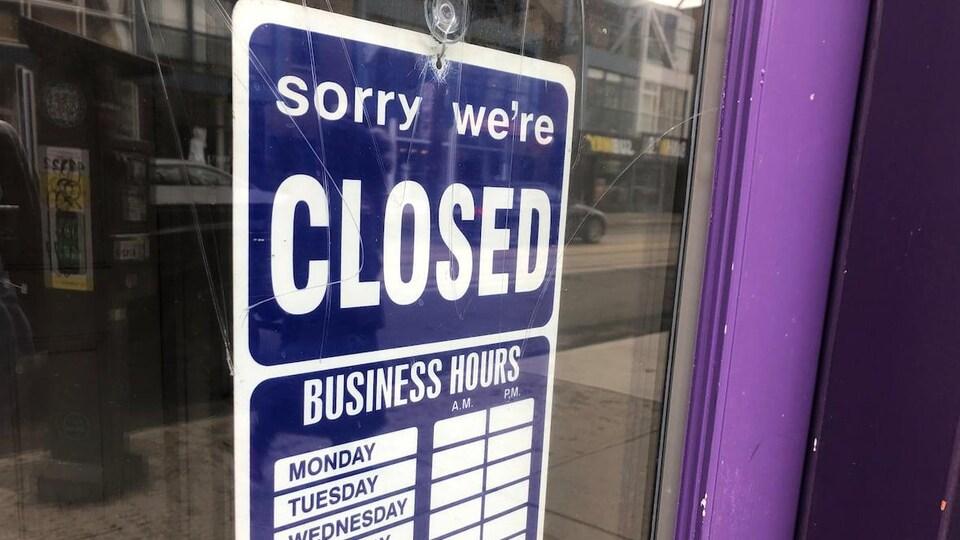 Panneau indiçant en anglais que le restaurant est fermé.