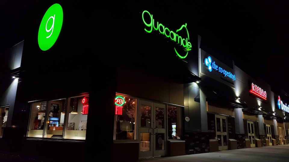 Plusieurs restaurants dans un centre commercial.