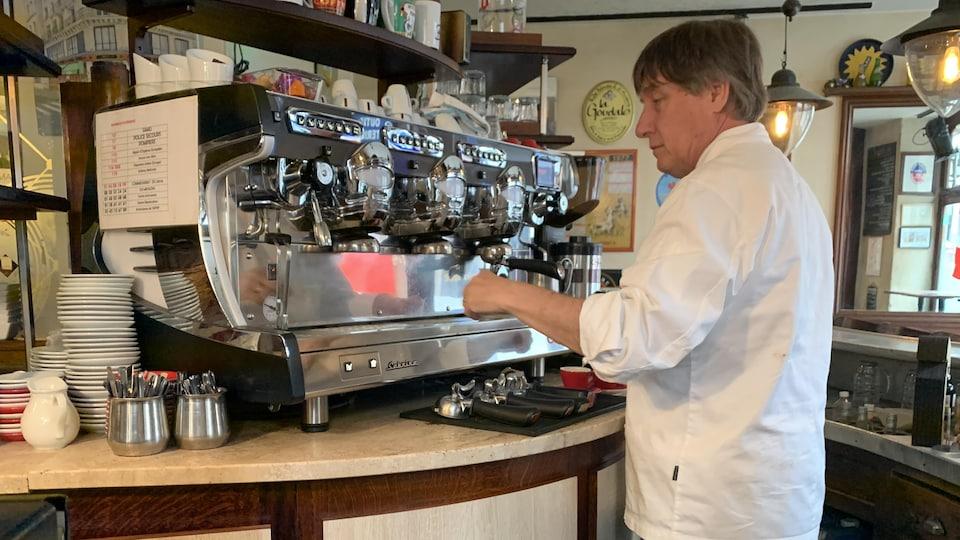 Il prépare un café.