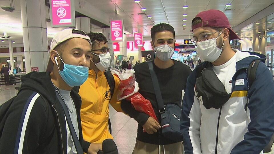 Groupe de voyageurs à l'aéroport.