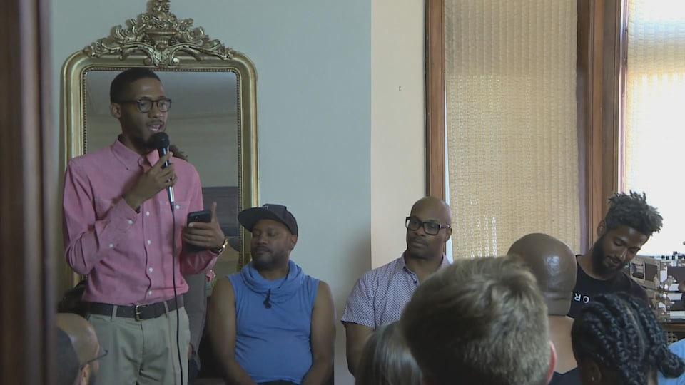 Orlando Bailey, un animateur de Urban Consulate, lors d'une réunion avec des résidents.