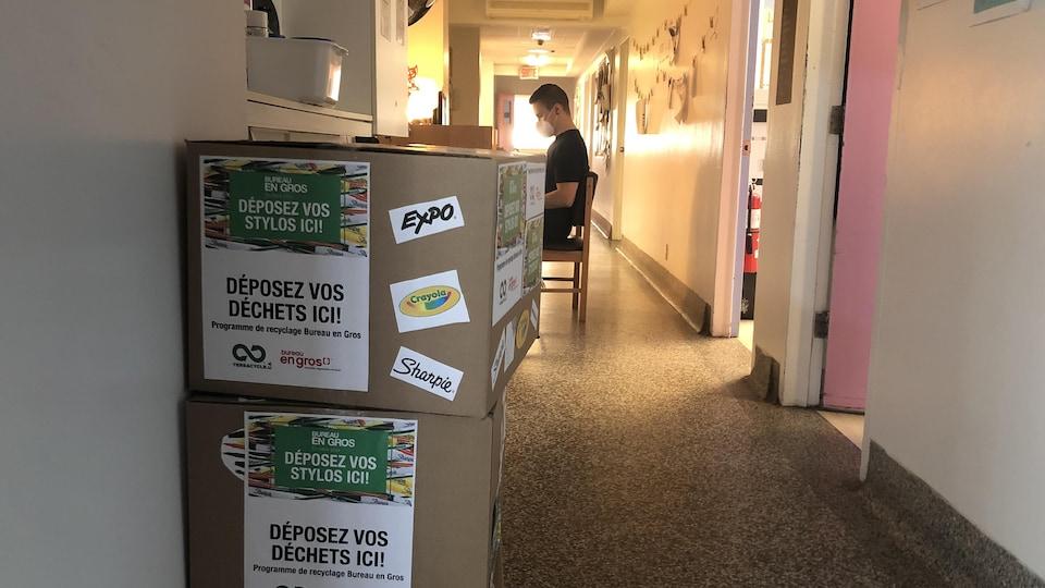 Des boîtes dans le couloir du centre jeunesse pour récupérer les stylos en fin de vie.