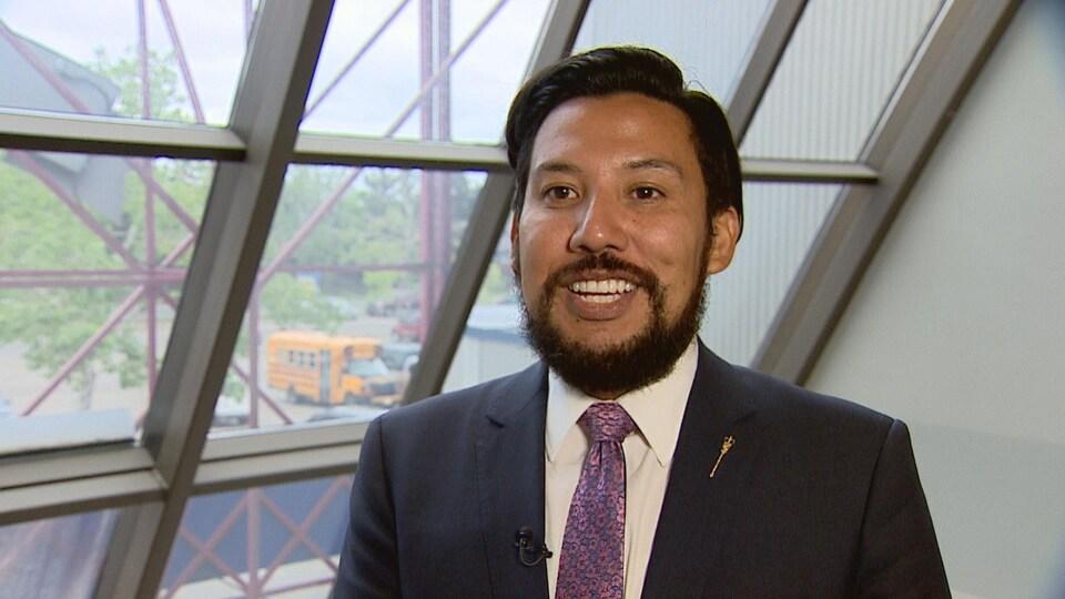 Le ministre de la Culture et du Tourisme, Ricardo Miranda, devant une fenêtre de son bureau de circonscription.