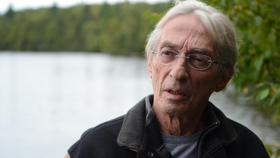 Richard Desjardins devant le lac Vaudray.