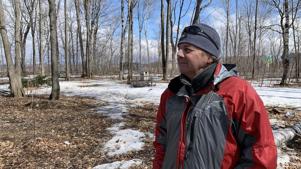 Richard Gauthier se tient debout dans un parc.
