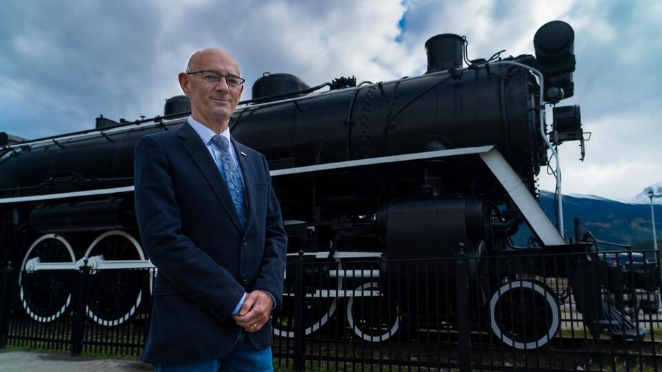 Richard Ireland devant la vieille locomotive à vapeur de Jasper.