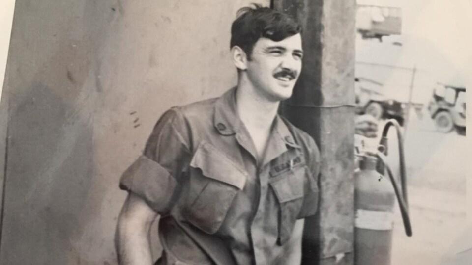 Photo en noir et blanc représentant un jeune soldat