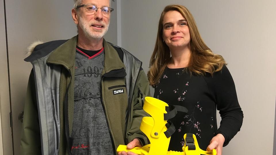 Un homme et une femme posent avec une fixation Hummock dans les mains.