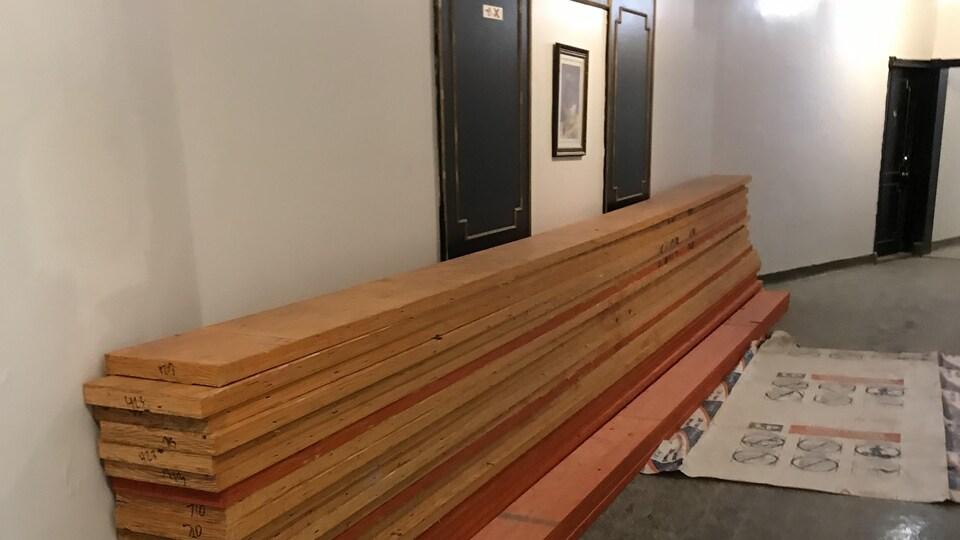Matériaux de construction dans le corridor.