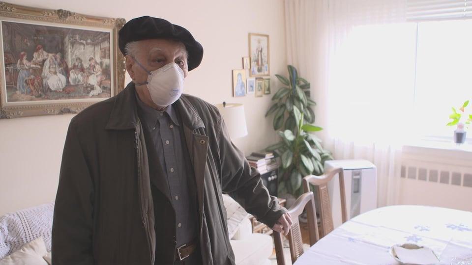 Monsieur Stajic est de passage à son appartement où il ne peut plus habiter.