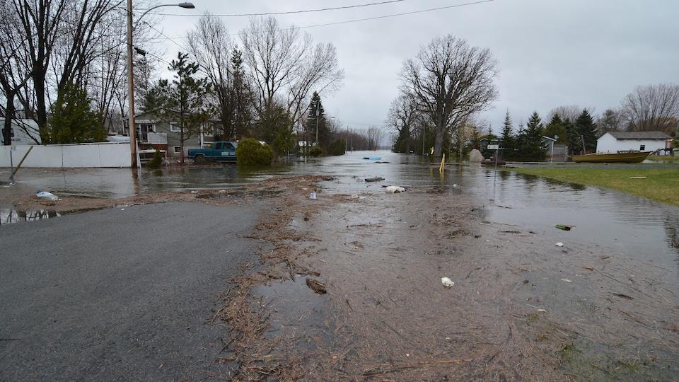 Une rue de la ville de Rigaud, affectée par la crue des eaux