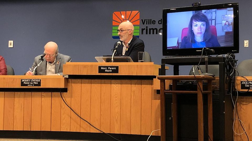 La conseillère municipale Virginie Proulx, du district du Bic à Rimouski, participe par vidéoconférence à la séance du conseil municipal.